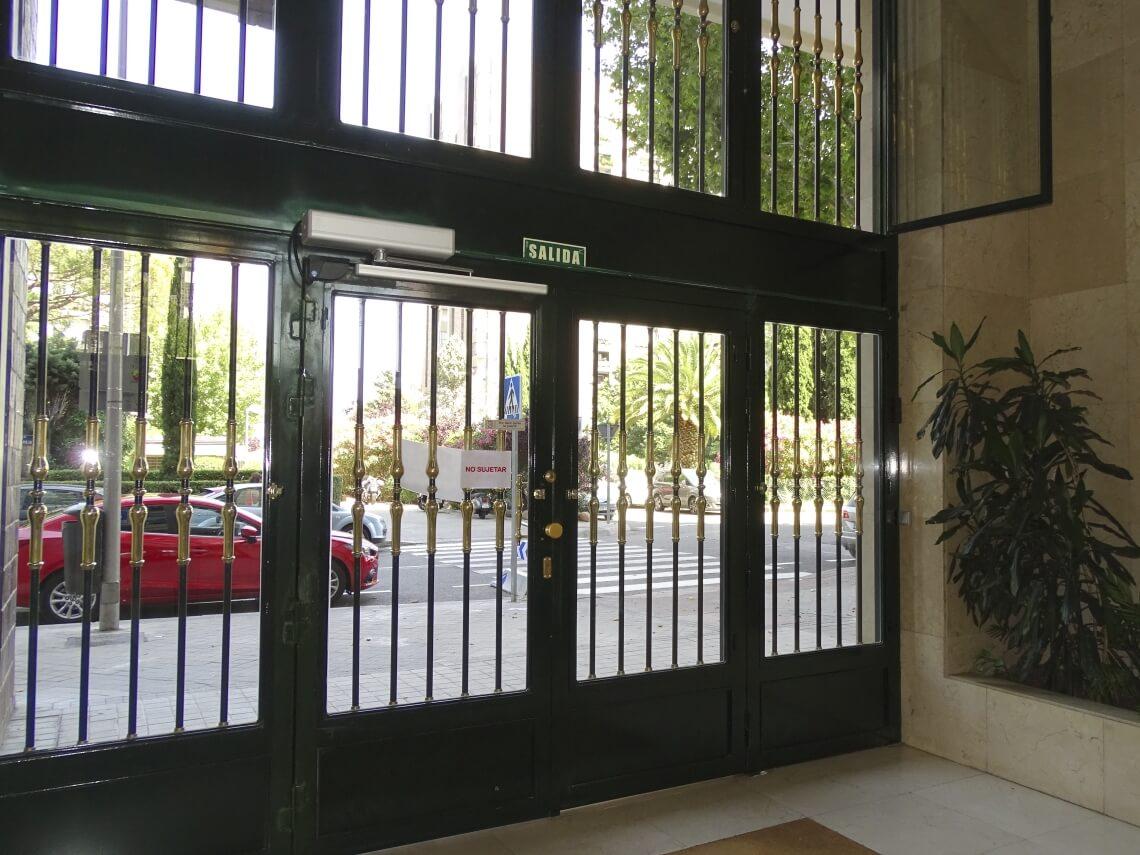 puertas portal batientes automaticas de cristal