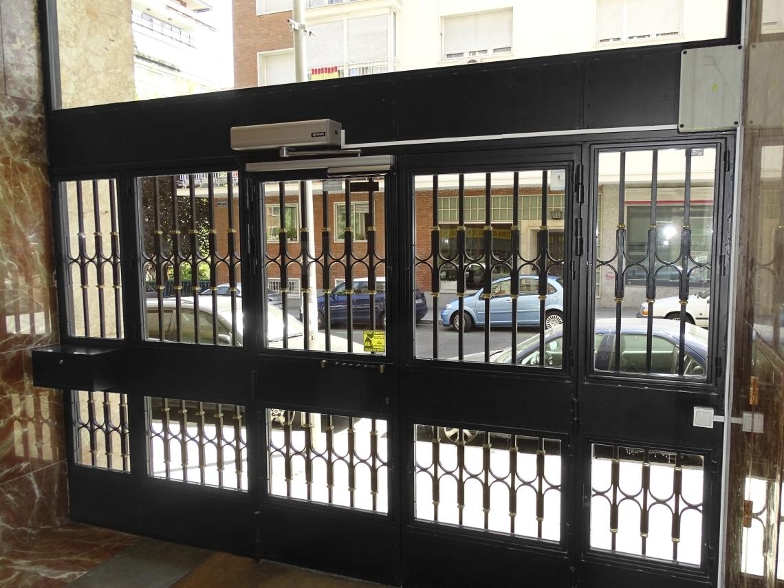 puertas batientes automaticas de cristal madrid